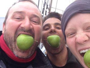 Besætning med pærer i munden