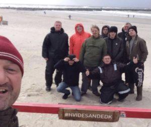 Vindblæst besætning og Esbjerg Matroser på stranden i Hvide Sande