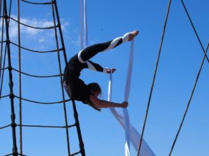 Ung cirkusartist laver tricks i stof fra masten