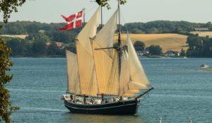 Fulton med sejlene oppe på Kolding Fjord