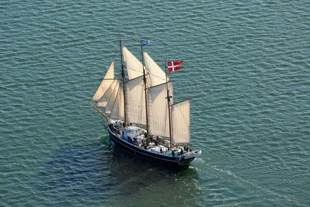 Dronefoto af Fulton der sejler på åbent vand