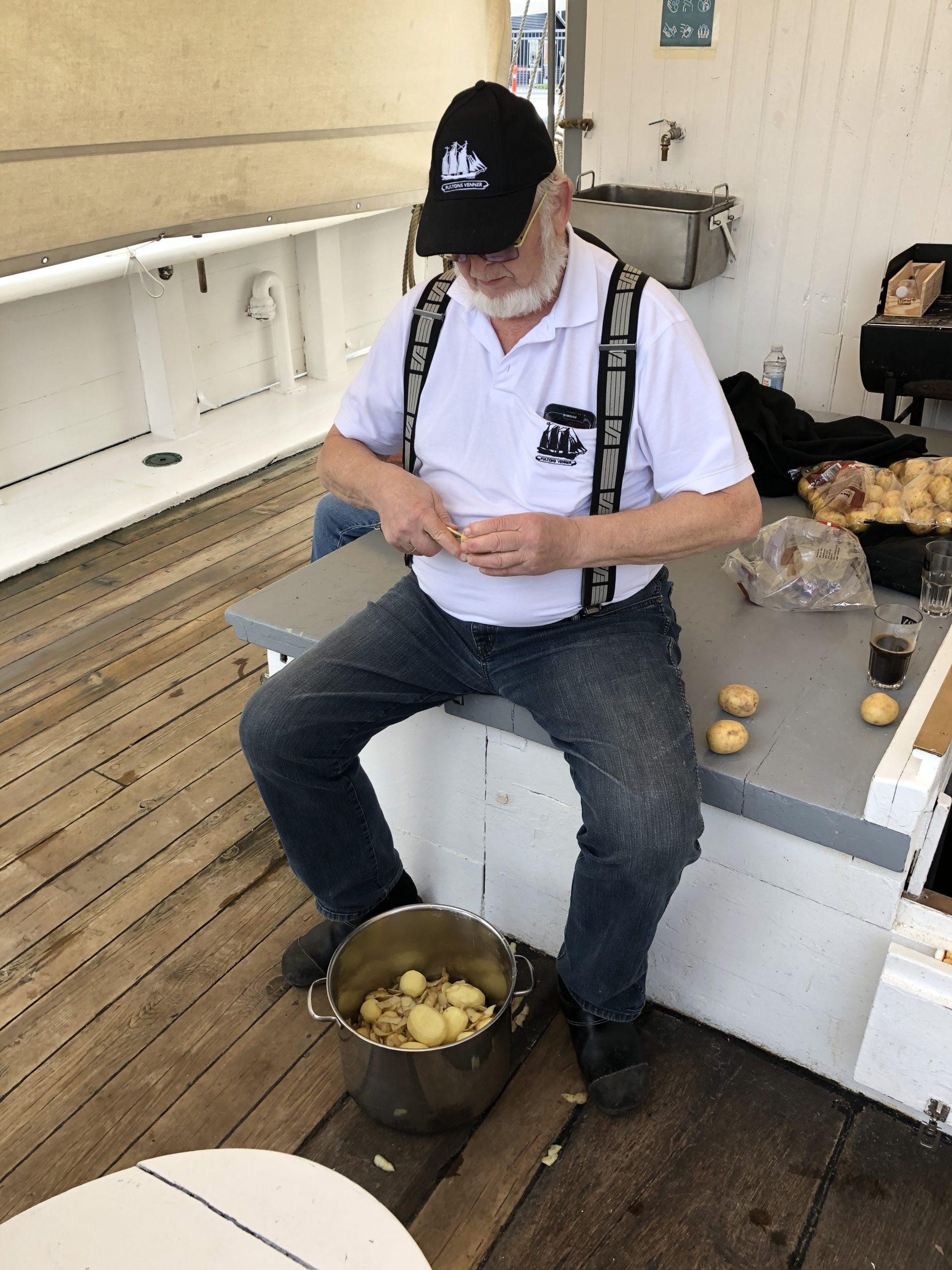 Kartoflerne skrælles på medlemssejlads